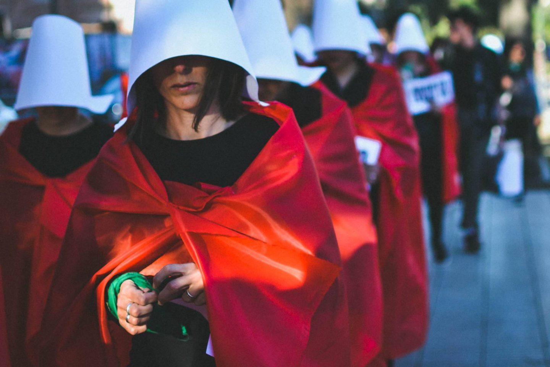 Hoe het kostuum van The Handmaid's Tale uitgroeit tot symbool voor vrouwenrechten